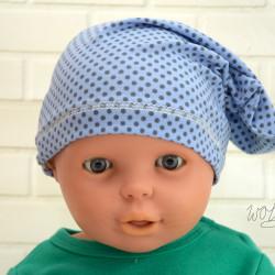 Handgemaakte beanie voor baby's licht blauw met stip