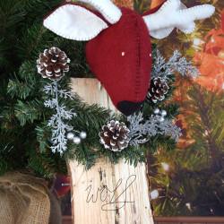 Handgemaakte rendier kop op een mooi kransje in rood met winter wit