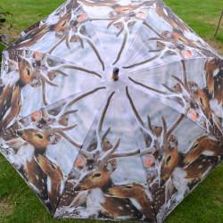Paraplu met houten handvat en mooi decor van winter met herten