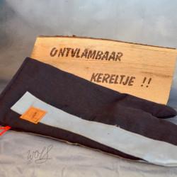 Handgemaakte houthandschoen ook geschikt voor de BBQ gemaakt van originele brandweerpakken in het zwart