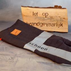 Handgemaakte houthandschoen ook geschikt voor de BBQ gemaakt van zwarte brandweerpakken met striping