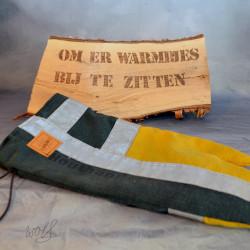 Handgemaakte houthandschoen ook geschikt voor de BBQ gemaakt van zwarte en gele brandweerpakken met striping