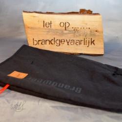 Handgemaakte houthandschoen ook geschikt voor de BBQ gemaakt van zwarte brandweerpakken