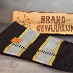 Handgemaakte houthandschoen ook geschikt voor de BBQ gemaakt van zwarte brandweerpakken met grijs striping