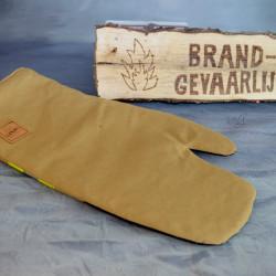 Handgemaakte houthandschoen ook geschikt voor de BBQ gemaakt van een zandkleurig brandweerpak