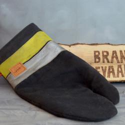 Handgemaakte houthandschoen ook geschikt voor de BBQ gemaakt van zwarte brandweerpakken met originele striping