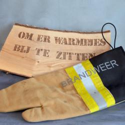 Handgemaakte houthandschoen ook geschikt voor de BBQ gemaakt van zandkleurig uitrukpak