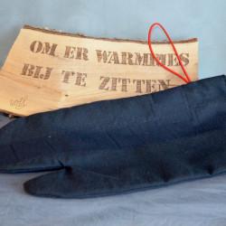 Handgemaakte houthandschoen ook geschikt voor de BBQ gemaakt van een zwart uitrukpak