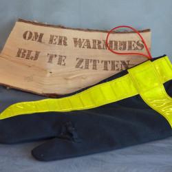 Handgemaakte houthandschoen ook geschikt voor de BBQ gemaakt van een zwart uitrukpak met gele striping