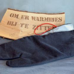 Handgemaakte houthandschoen ook geschikt voor de BBQ gemaakt van een zwart uitrukpak met grijze striping