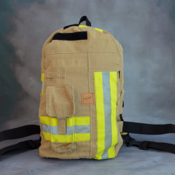 Stoere handgemaakte brandweertas of rugtas gemaakt van zandkleurig uitrukpak